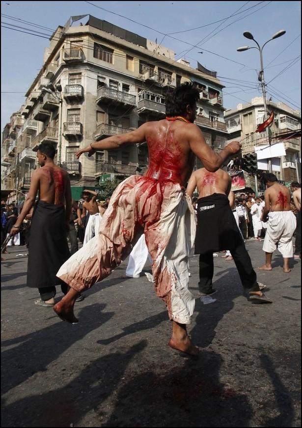 5) © Reuters / Akhtar Soomro / / Syiah castigates dirinya selama Asyura.