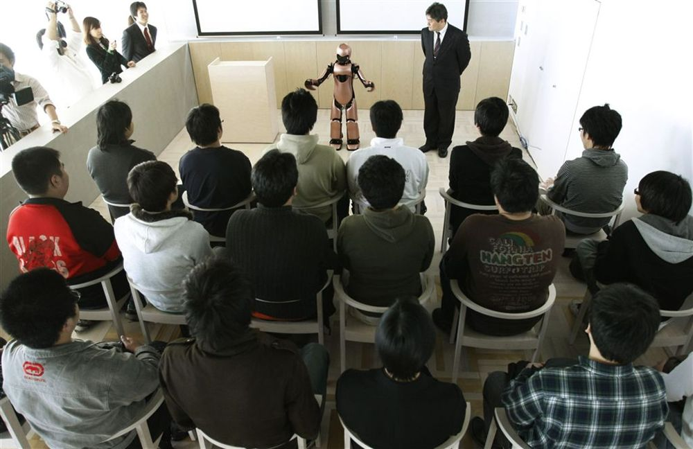 6) Презентация робота прошла в районе Мияширо (Miyashiro) на севере японской столицы 19 декабря 2009 года. ( REUTERS/Toru Hanai)