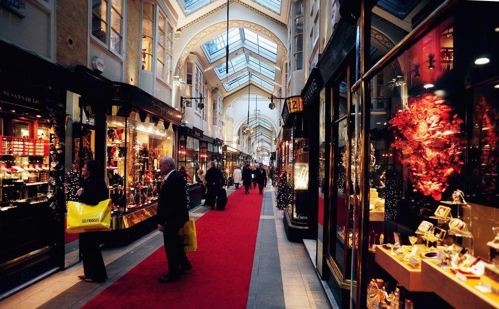 """5) Только один супермаркет """"Хэрродс"""" в первый день распродаж обычно """"берут на абордаж"""" в общей сложности около 250 тысяч человек. (EPA / 26 ноября 2009/ Англия, Лондон)"""