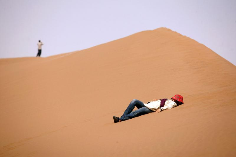 5) Иранская женщина отдыхает на песке пустыни Данш-и Кавир недалеко от поселков Аран и Бидгол рядом с караван-сараем Маранджаб в провинции Исфахан в 300 км к юго-востоку от Тегерана 11 апреля 2008 года. (UPI Photo/Mohammad Kheirkhah)