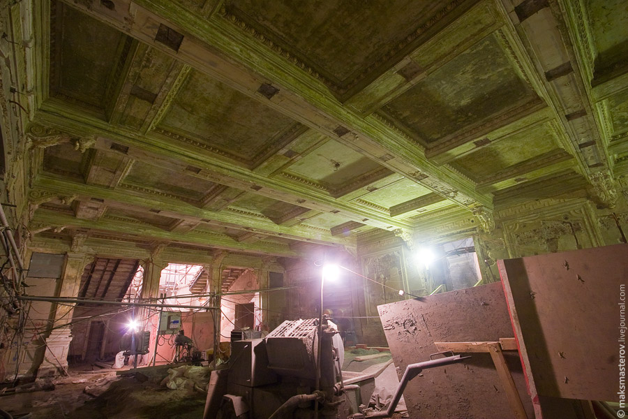 5) Вот мы и в театре. Это холл. Здесь сохранилось много элементов интерьера театра - лепнина на потолке и стенах. Все это предстоит аккуратно убрать и выстроить заново