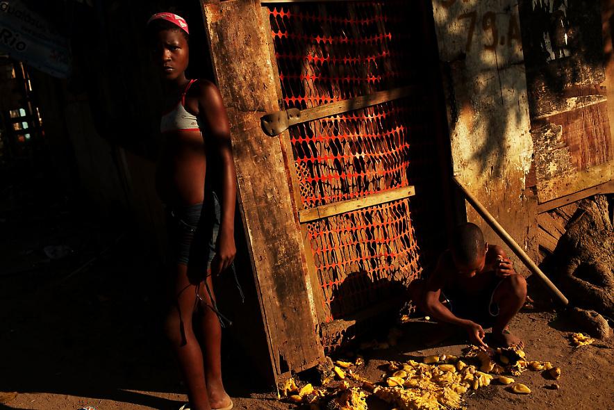 6. Дети в бедном районе фавел, где снимался фильм «Город Бога». Снимок сделан 2 декабря 2009 года в Рио-де-Жанейро. (Photo by Spencer Platt/Getty Images)
