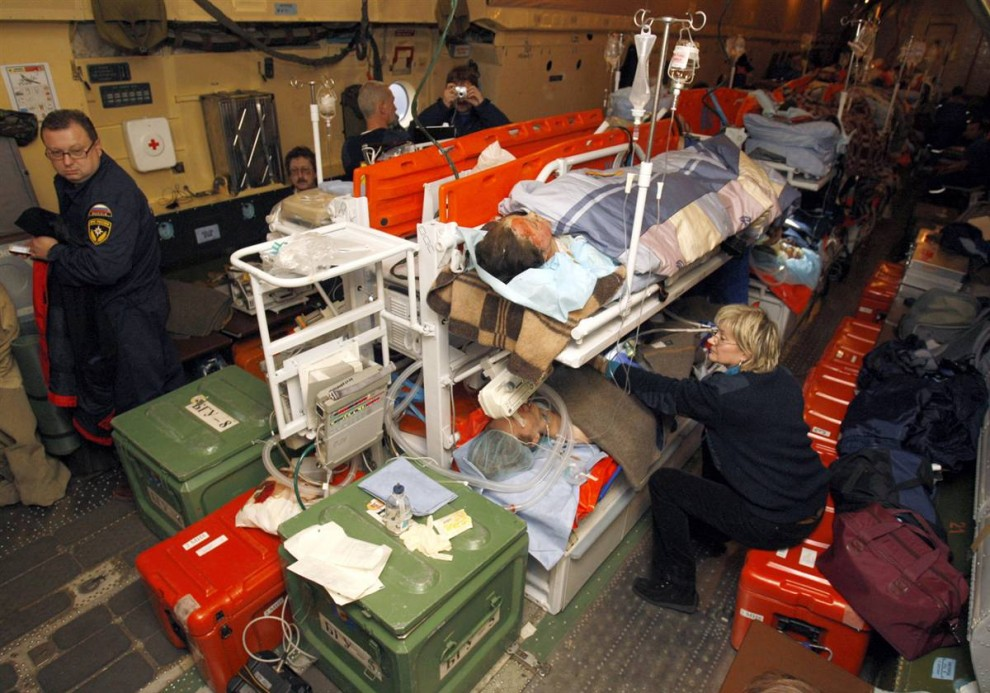 6. Спасатели помогают пострадавшим на борту спасательного самолета, доставившего жертв трагедии в Москву. (Tatyana Makeyeva / Reuters)
