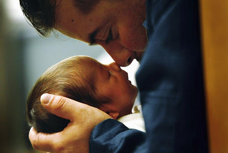 6) Иммигрант из Мексики своего сына сына во время занятий по уходу за новорожденными в общинном центре здоровья для малообеспеченных родителей в Авроре, штат Колорадо. (John Moore/Getty Images)