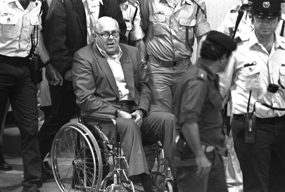 6) Демьянюка увозят из зала суда в камеру. В 1988 году израильский суд признал его виновным и приговорил к смертной казни. (Getty Images News/ fotobank.ua /25 апреля 1988/ Израиль)