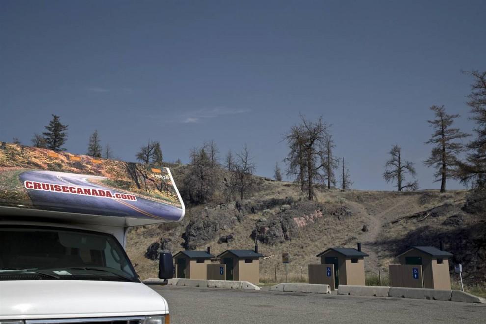 6. С этой популярной точки наблюдения над озером Камлупс можно увидеть растянувшиеся на целые километры деревья, убитые насекомыми и засухой. На западе США та же картина. В штате Колорадо десятки городов окружают мертвые леса, а еще десятки находятся на их окраинах. В этом регионе также находятся знаменитые лыжные курорты, такие как Аспен, Вэйл, Брекенридж и Уинтер Парк. (Nina Berman/noor / Consequences by NOOR)