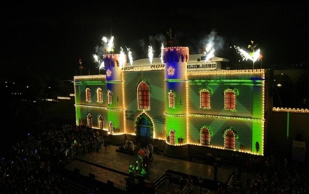 6. Люди собрались вокруг Детского музея, украшенного рождественскими гирляндами в Сан Хосе, Калифорния, 1 декабря. Более 500 огней освещают музей во время рождественского сезона. (Juan Carlos Ulate / Reuters)
