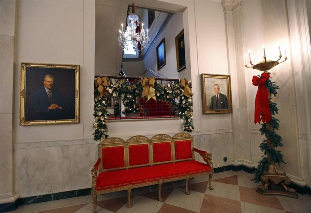 6. Портреты бывших президентов Джимми Картера и Линдона Джонсона в коридоре рядом с лестницей в семейные покои Белого дома. Как и семья Обама, президенты прошлых лет вели себя во время праздничного сезона довольно экономно. (J. Scott Applewhite / AP)
