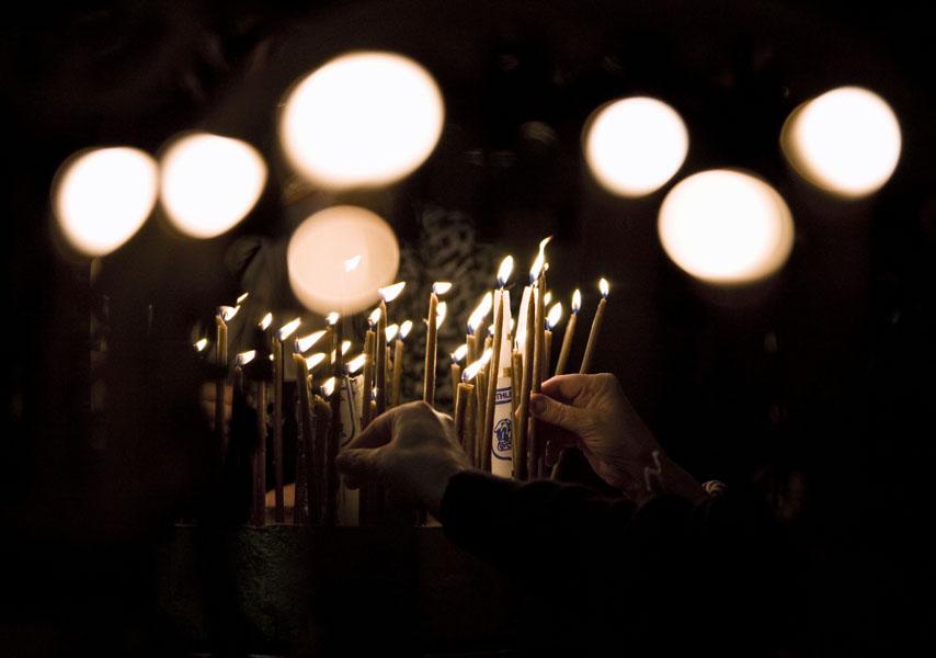 7) Российские паломники зажигают свечи внутри церкви Рождества Христова, которая расположена на месте рождения Иисуса Христа. Снимок сделан на Западном берегу реки Иордан в городе Вифлееме. (AP Photo/Tara Todras-Whitehill)