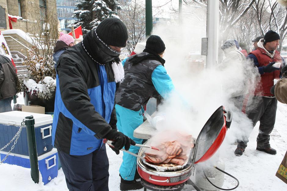 6. Арт Повловски и его помощники-добровольцы из Уличной Церкви раздают горячую еду бездомным перед мэрией Калгари, несмотря на 29-градусный мороз 13 декабря 2009 года.