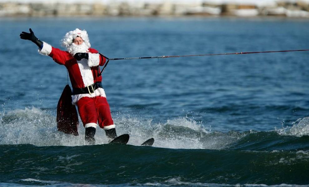 6. «Санта на водных лыжах» проехал по реке Потомак в Нэшнел Харборб, штат Мэриленд. Это 22-ая годовщина традиционного рождественского аквашоу. (Chip Somodevilla/Getty Images)