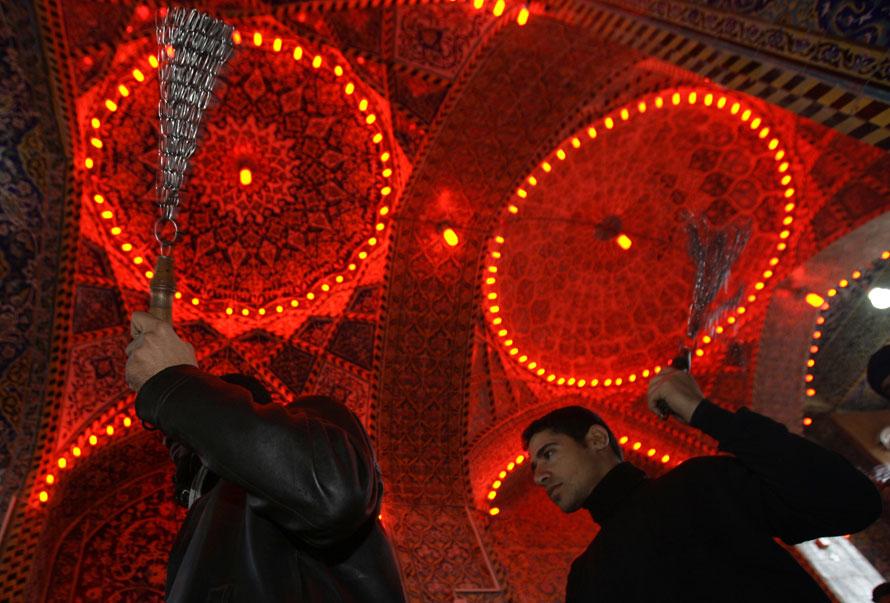 6. Шиитские мусульмане секут себя церемониальными цепями во время фестиваля Ашура в храме Имам Хусейн в Карбале в 80 км к югу от Багдада. Иракские власти сообщают, что 11 человек были убиты и около 70 получили ранения в бомбардировке, видимо, направленной на паломников, готовившихся к празднику шиитского ислама, который знаменует 700-летие со дня смерти внука пророка Муххамеда Хусейна. (AP Photo/ Ahmed al-Husseini)