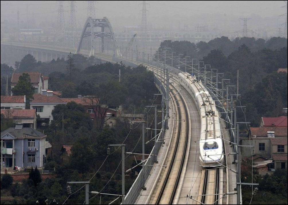 6) © REUTERS/Stringer // В субботу 26 декабря открыто движение поезда CRH между Уханем провинция Хубей и Гуанчжоу.