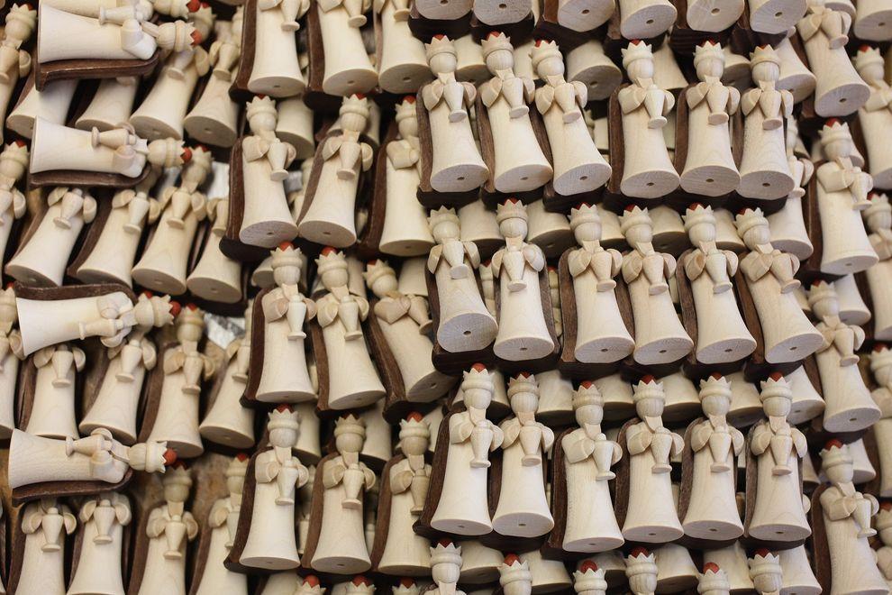 6) Игрушки готовы к продаже. Предновогоднее время - традиционно горячая пора для производителей и продавцов. (EPA / 30 ноября 2009/ Германия)