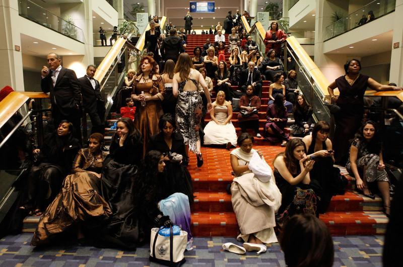 6) Посетители церемонии инаугурации отдыхают на ступеньках Выставочного центра Вашингтона в конце вечера, когда Барак Обама присягнул в качестве президента США 20 января 2009 года в Вашингтоне, округ Колумбия. (UPI Photo/Chip Somodevilla/Pool)