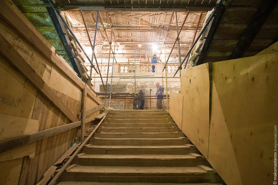 6) Вот одна из двух лестниц, ведущих из холла вглубь театра.