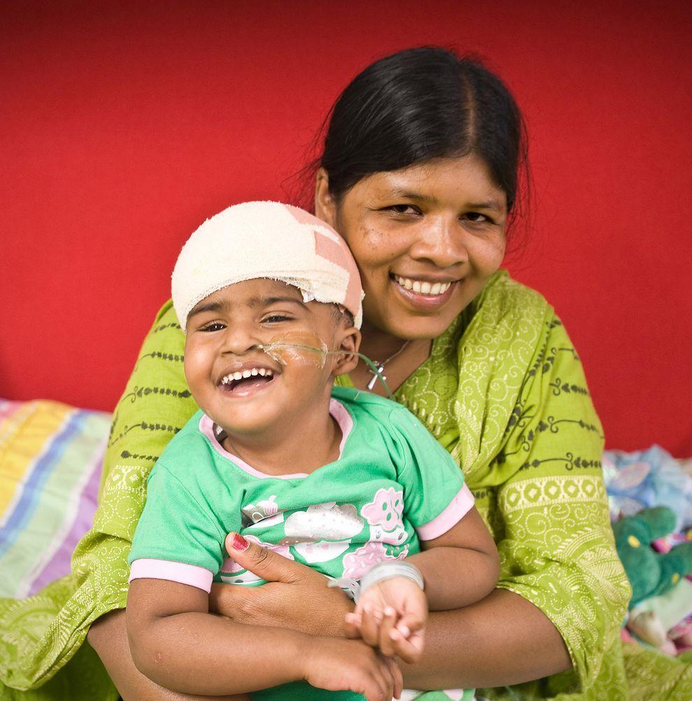7) Волонтер Мария Марди с Тришной после операции. Девочка очень общительная и жизнерадостная.