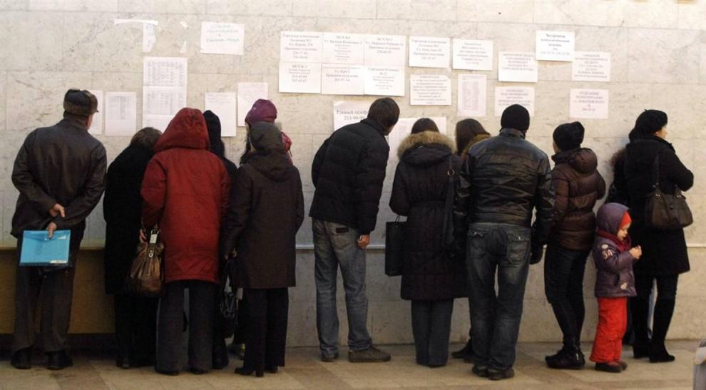 7. Люди читают списки пострадавших, которых доставили в больницу. (Mikhail Metzel / AP)