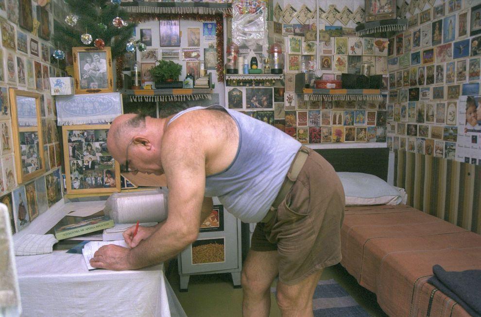 """7) Демьянюк в своей камере в израильской тюрьме. В апреле 1988 года Демьянюк был приговорён к смерти, однако в 1993 году Верховный суд Израиля единогласно отменил приговор, так как по мнению судей было представлено недостаточно доказательств того, что Демьянюк на самом деле является """"Иваном Грозным"""". (Getty Images News/ fotobank.ua / 24 июня 1993/ Израиль)"""
