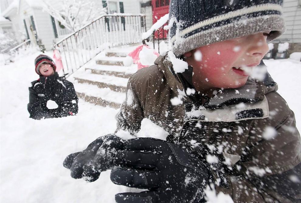 4. 9-летний Джордан Миллард получил удар в голову снежком от 10-летнего Эвана Кокса в среду 9 декабря после того, как начальная школа МакЛейн и другие школы Уэст Бенда, штат Висконсин, были закрыты на день из-за сильного снегопада. (Andrew Link / West Bend Daily News)