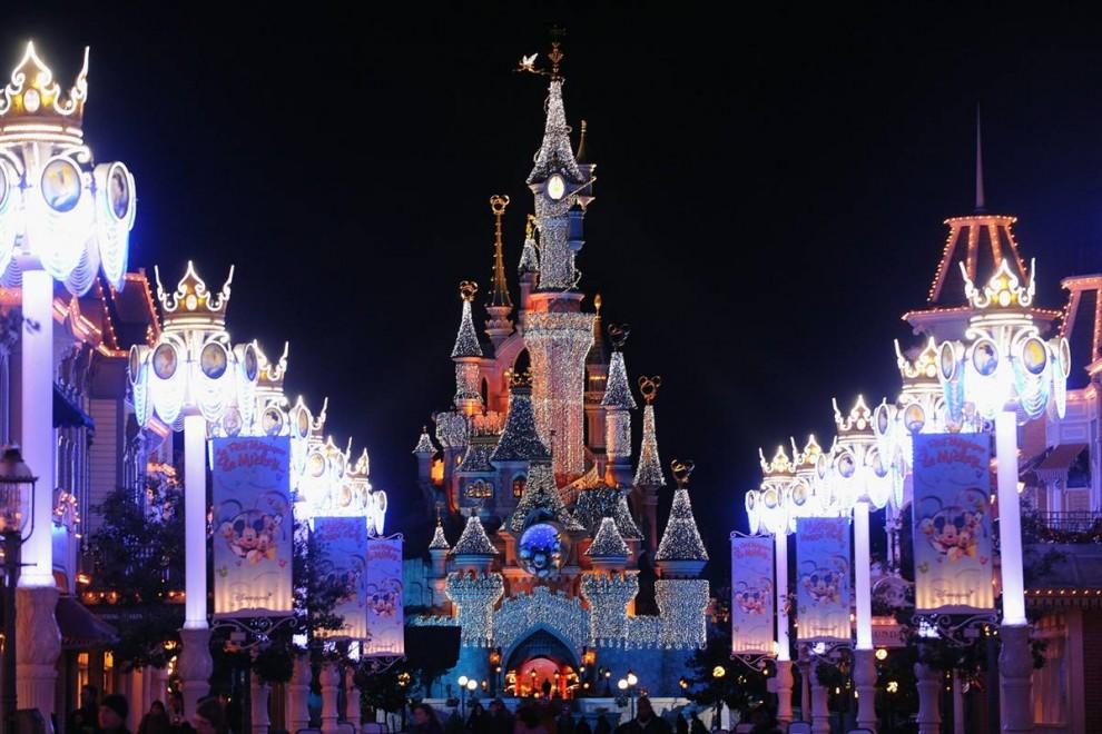 7. Замок Спящей Красавицы загорается во время официального открытия шоу «Волшебное Рождество» в Парижском Диснейленде 7 ноября. (Francois Durand / Getty Images)