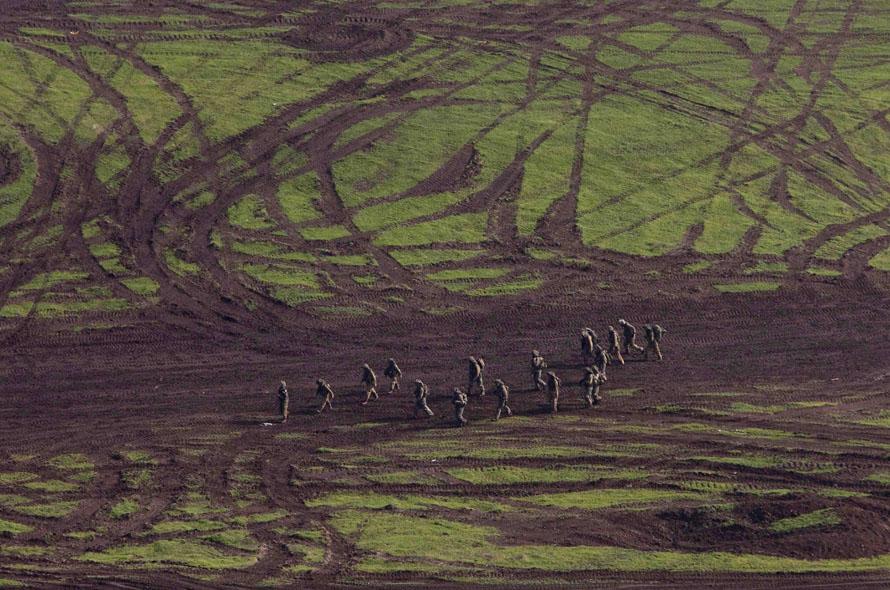 7. Израильские парашютисты принимают участие в военных учениях в Голан Хайтс рядом с северным городом Катзрин. Израильский парламент одобрил референдум об утверждении мира, освобождающий земли в восточном Иерусалиме или Голан Хайтс от Израильского контроля. Сирия требует возвращения Голан Хайтс, захваченного Израилем в 1967 году. (AP Photo/Oded Balilty)