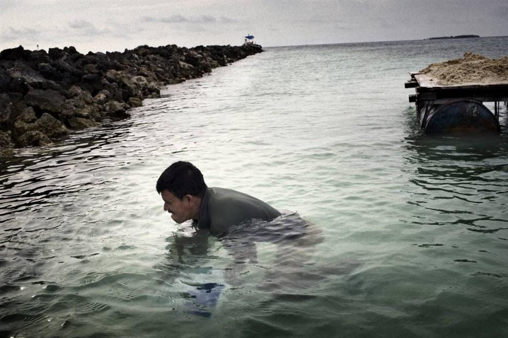 7. На острове Виллингили и других 1200 островах, составляющих Мальдивы, собирают песок. Зачастую это происходит незаконно, в основном, для поддержания цементной промышленности, что делает государство еще более уязвимым к повышению уровня моря, высоким приливам и штормам. (Francesco Zizola/Consequences by NOOR)