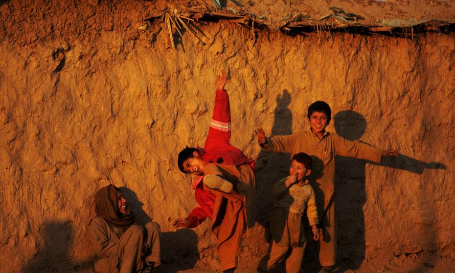 8) Афганские мальчики-беженцы играют в бедном районе в Равалпинди, Пакистан. (AP Photo/Muhammed Muheisen)