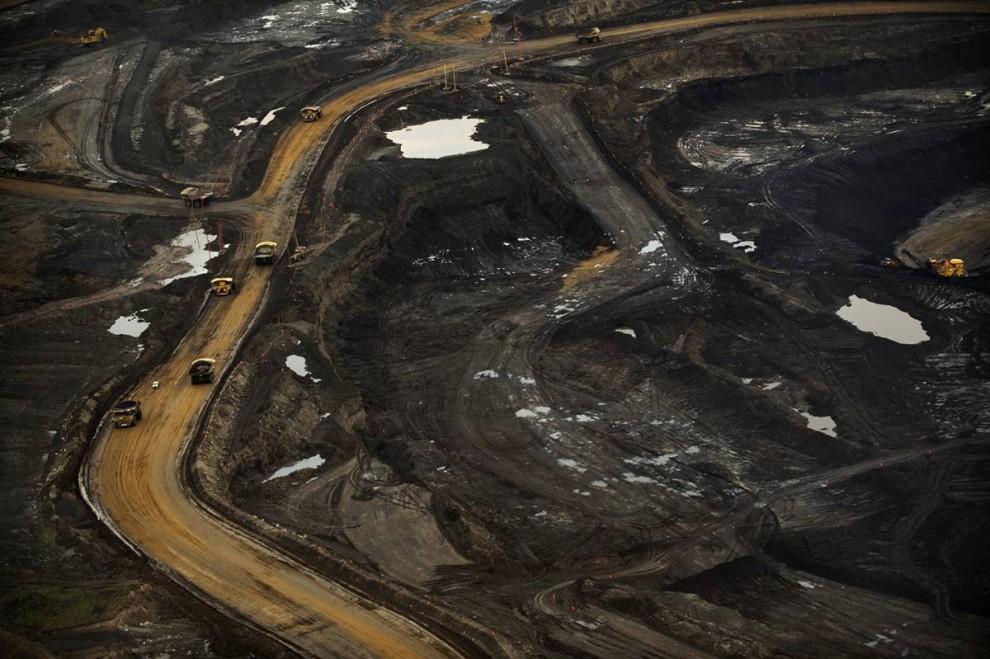 7. Этот завод по переработке нефтеносного песка расположен на севере Форт МакМюррей. В 2007 году Альберта издала закон, требующий сокращения интенсивности испускания на 12% по сравнению с уровнями, которые были в 2003-2005 годах. (Jon Lowenstein/Consequences by NOOR)
