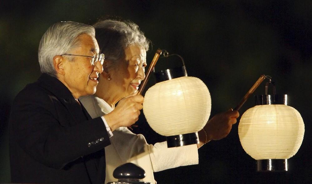 7) Император Акихито и императрица Мичико (справа) на праздновании 20-летия восхождения императора на трон в Токио 12 ноября 2009 года. Японский император Акихито, который все свои 20 лет правления неустанно пытался ослабить горькие воспоминания о военном времени Азии, сказал, что больше всего он боится, что будущее поколение его страны забудет прошлое. (REUTERS/Junji Kurokawa/Pool)