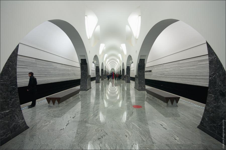 7) Высота свода - 8 метров, шаг колонн - 9 метров. Колонны и высота свода в сочетании с арочной конструкцией придают станции ощущение простора и открытости.