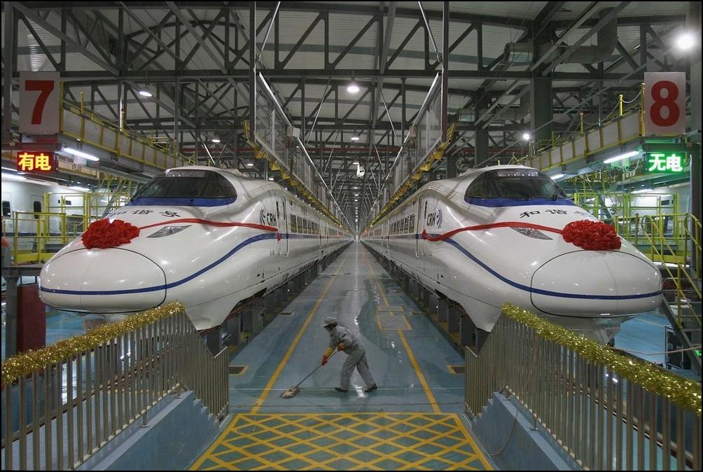 7) © REUTERS/China Daily // Рабочий чистит пол около поезда CRH.