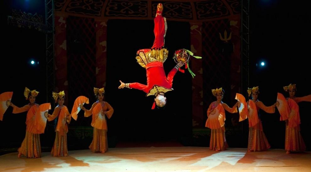 """9) Актеры Китайского государственного цирка позируют для фотосессии на ринге во время гастролей в лондонском выставочном центре """"Alexandra Palace"""". (Marco Secchi/Getty Images)"""