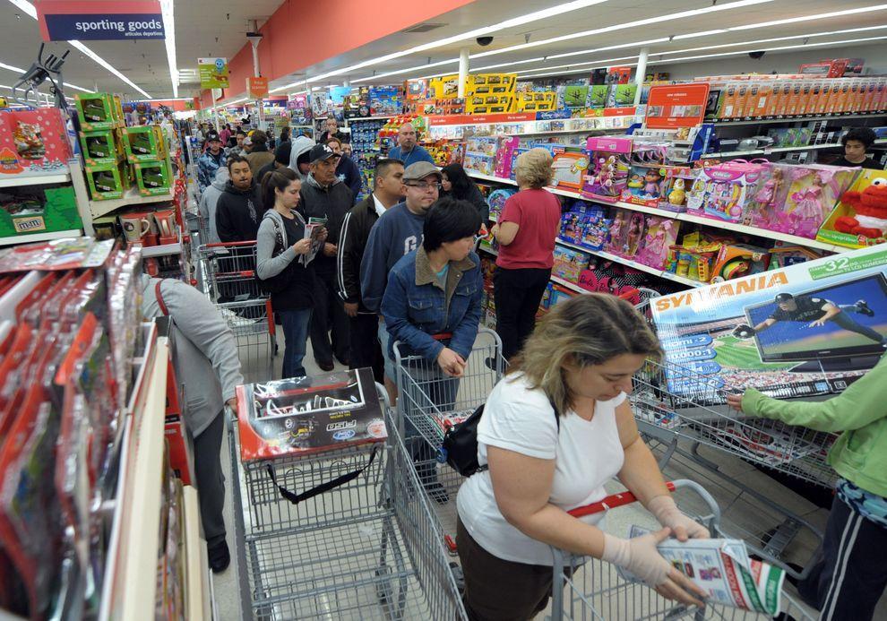 """7) Покупатели в супермаркете в """"черную пятницу"""". В период распродаж магазины не только снижают цены на все - от игрушек до плоских телевизоров, но и увеличивают время работы - все, чтобы привлечь бережливых покупателей. (EPA / 27 ноября 2009/ США, Калифорния)"""
