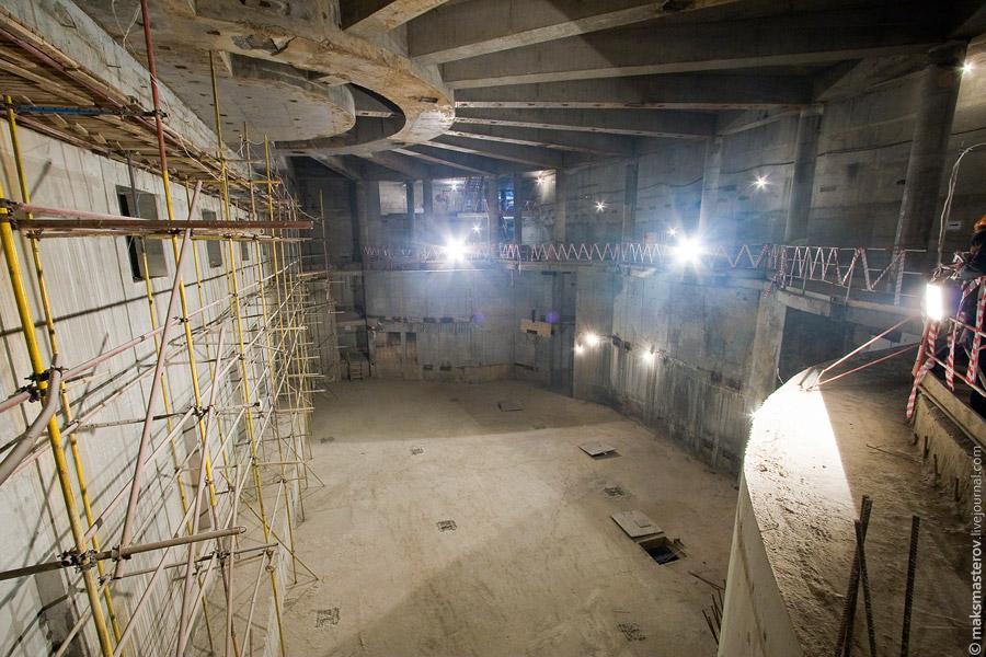 7) А так выглядит театр внутри. Это - помещение репетиционной сцены. Благодаря современным технологиям, театр получил в свое хозяйство огромное подземное пространство, где собственно и разместилась эта сцена