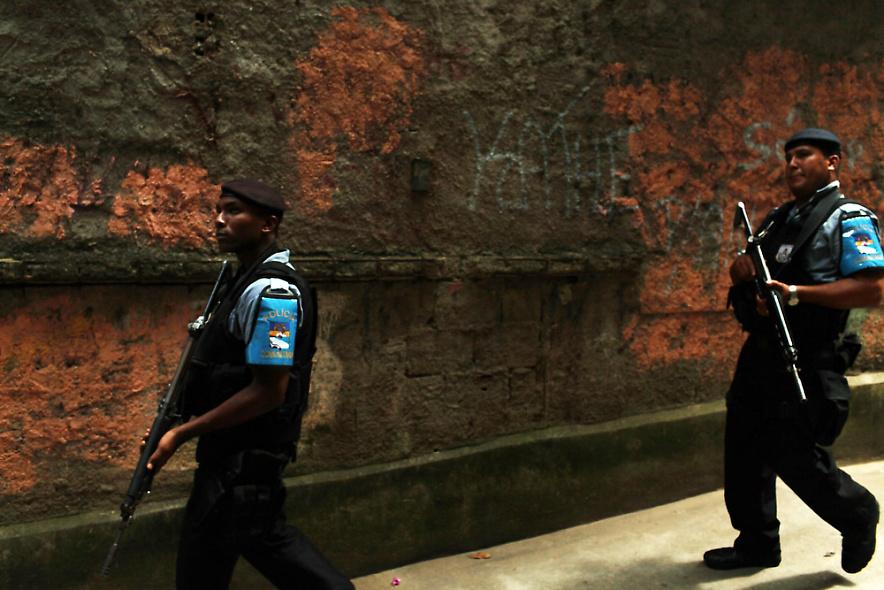 8. Полицейские патрулируют район фавел Вавилония, где недавно прошли зачистки. Снимок сделан 3 декабря 2009 года в Рио-де-Жанейро. (Photo by Spencer Platt/Getty Images)