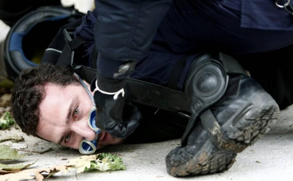 8) Один из задержанных. За последние сутки были задержаны около 300 человек, десяткам предъявлены обвинения в нападении на полицию.