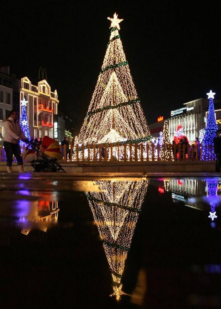 8. Люди проходят мимо рождественских украшений и огней в городе Варна к востоку от столицы Болгарии Софии 7 декабря. (AP)