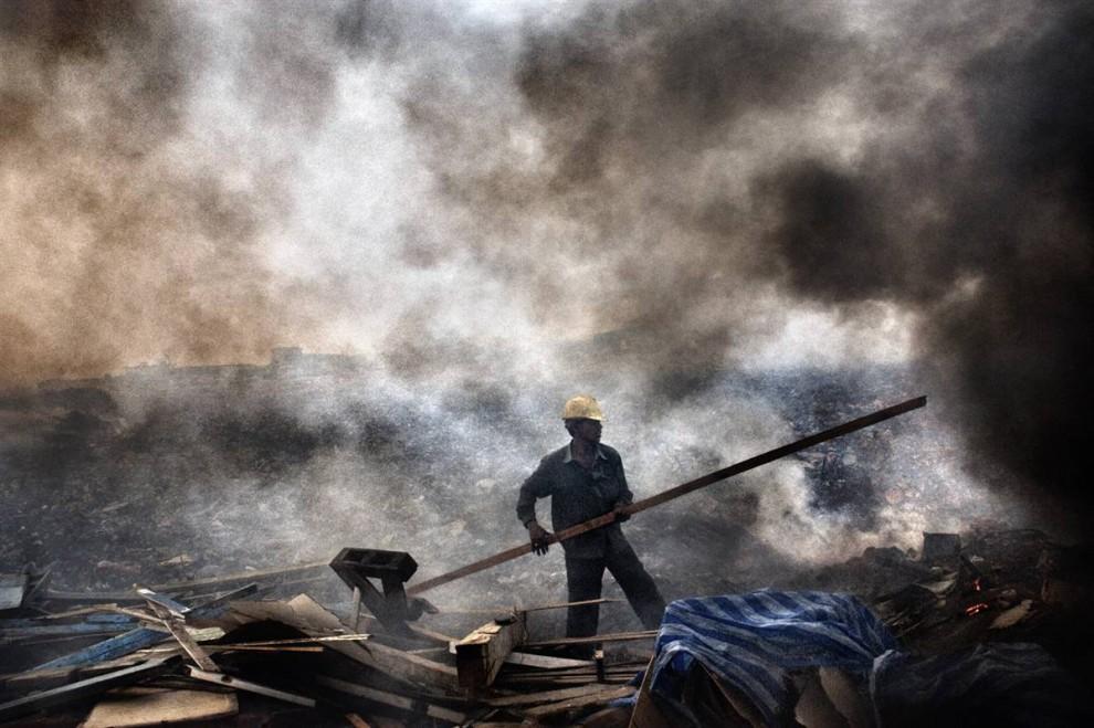 8. Помимо проблем с климатом Мальдивы борются с мусором, оставляемым местными жителями и туристами. Большую часть мусора отсылают на остров Тилафуши, также известный как «Мусорный остров». Бывшая когда-то обширной лагуной, теперь эта территория представляет собой остров, после того, как в 1922 году лагуну начали засыпать мусором. Большую часть мусора сжигают рабочие. Консервные банки, металлы и картон отправляют в Индию, однако мусор не сортируют. (Francesco Zizola/Consequences by NOOR)