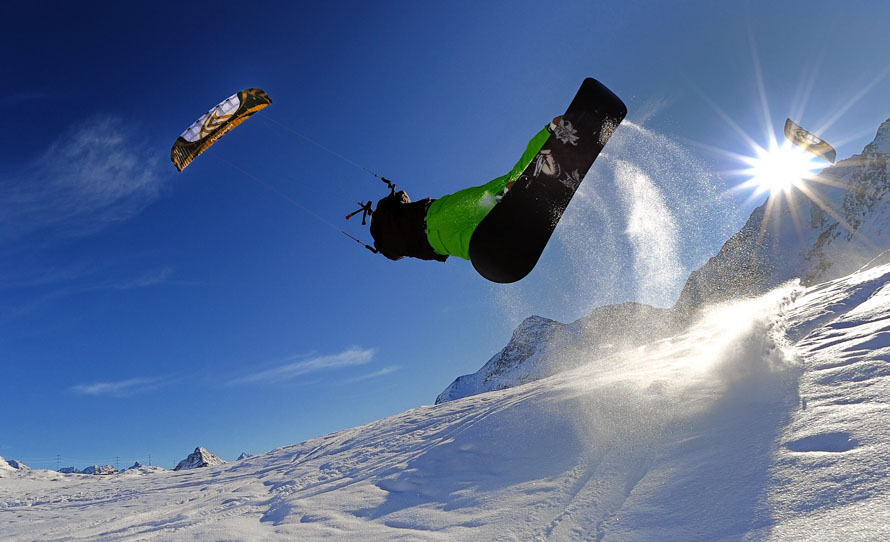 9) Флай-серфер Питер Мюллера в поисках ветра в заснеженных горах перевала Бернина, недалеко от Санкт-Морица в кантоне Граубюнден, в юго-восточной Швейцарии. (AP Photo/Keystone, Dietmar Stiplovsek)
