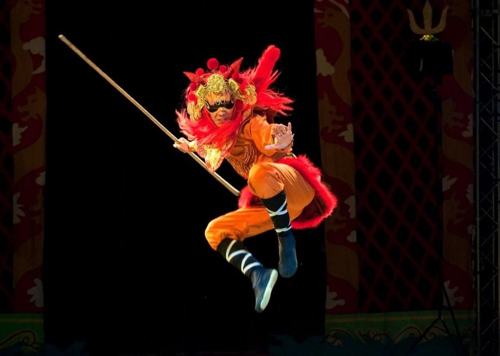 """8) Один из актеров во время нового акробатического представления """"Мулан"""" в котором участвуют воины Шаолинь. (Marco Secchi/Getty Images)"""