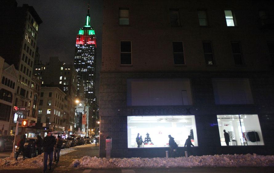 8. Эмпайр-Стейт-Билдинг горит красными и зелеными огоньками – традиционными цветами Рождества - на пятой Авеню в Нью-Йорке. (Photo by Mario Tama/Getty Images)