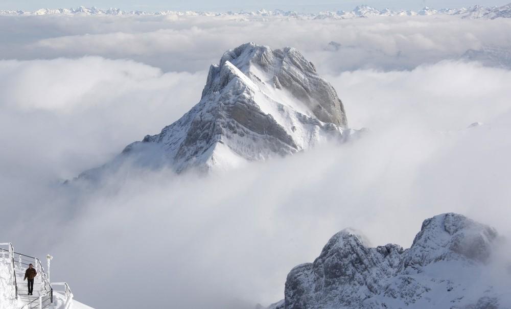 8) Мужчина наслаждается прогулкой на вершине горы Саэнтис (2502 метра над уровнем моря) недалеко от Швэгальпа в Швейцарских Альпах 15 октября 2009 года. Несколько дней большую часть Швейцарии накрыло морозной волной со снегопадами и морозами. (REUTERS/Christian Hartmann)