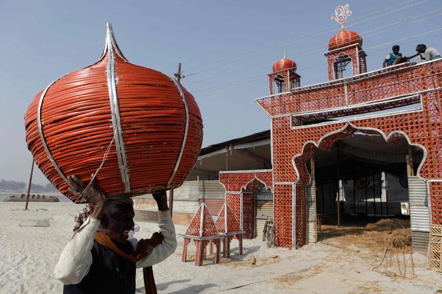 8. Индийские рабочие строят временную конструкцию перед предстоящим фестивалем Магх Мела в Сангаме – слиянии рек Ганг и Джамна в Аллахабаде, Индия. (AP Photo/Rajesh Kumar Singh)