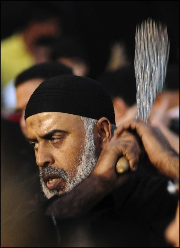 8) © REUTERS/Zaki Ghawas // Шиит бичует себя в Катифе.