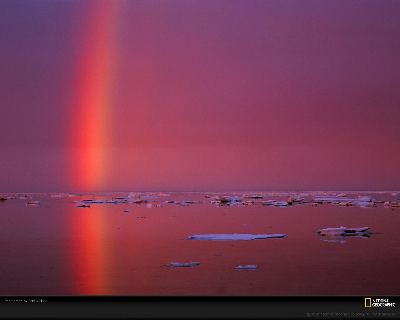8) Радуга отражается в Арктических водах.