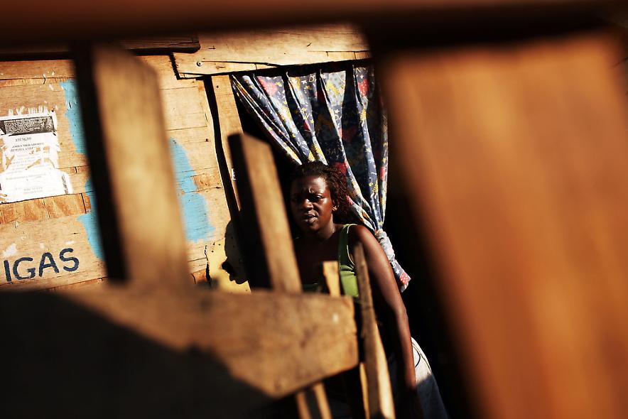 9. Даниеле Тейксерия Собрейра стоит у своей лачуги в бедном районе трущоб «города Бога» 2 декабря 2009 года в Рио-де-Жанейро. (Photo by Spencer Platt/Getty Images)
