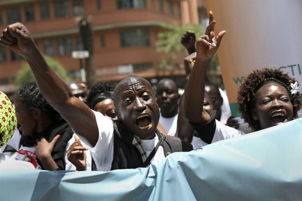 9. Кенийцы принимают участие в параде под названием «Да, мы можем», который является частью многосторонней инициативы конференции по вопросам малярии в Найроби. Участники акции воззвали к президенту США Бараку Обаме и другим спонсорам, чтобы они продолжали помогать им в борьбе со СПИДом, туберкулезом и малярией. (Thomas Mukoya / Reuters)