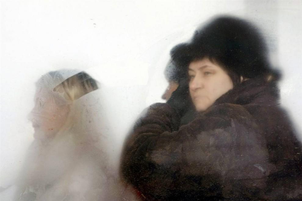 9. Родственники ждут, чтобы опознать тела погибших в местном морге. (Denis Sinyakov / Reuters)
