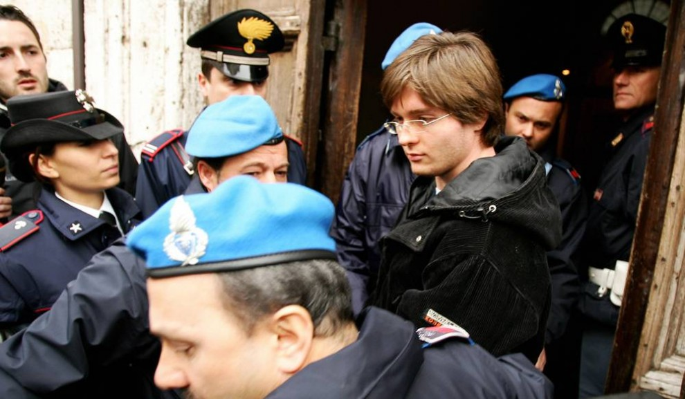 9. Бывший парень Аманды Нокс Рафаэль Соллечито, задержанный вместе с Нокс и Руди Гуеде по делу об убийстве Керчер, идет в окружении итальянской полиции на слушание дела в январе 2008 года. (Paolo Tosti/AFP - Getty Images)